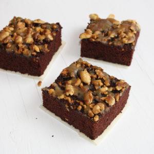 Brownie sin gluten con las nueces en caramelo salado