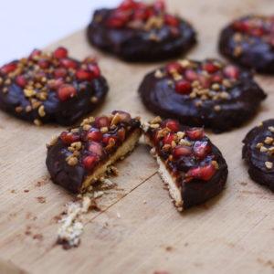 Galletas con relleno de cacahuete y frambuesa, chocolate y croquant