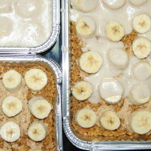 Tarta de plátano sobre cacahuetes con caramelo