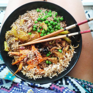 Noodles con verduras, shiitake, miso blanco y semillas de sésamo