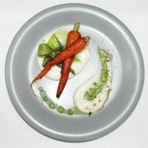 Grillowana marchewka na białym puree z kalafiora.