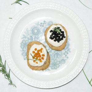 Mini bliny z wegańską ricottą i kawiorem z octu balsamicznego.