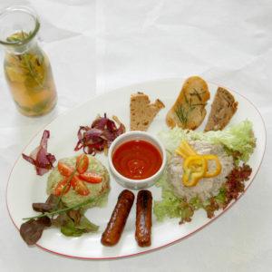 Wegański zestaw śniadaniowy z grzankami i lemoniada z rozmarynem.