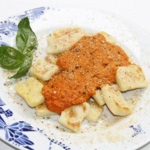 Gnocchi w sosie pomidorowym z wegańskim parmezanem.