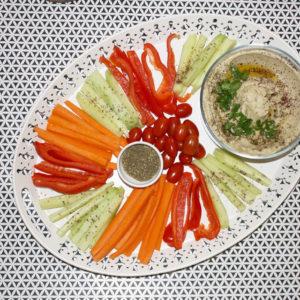Hummus, za'atar, kolendra i świeże warzywa.