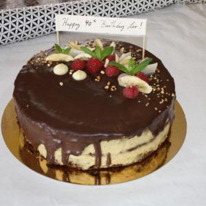 Tort urodzinowy z masłem orzechowym i malinami.