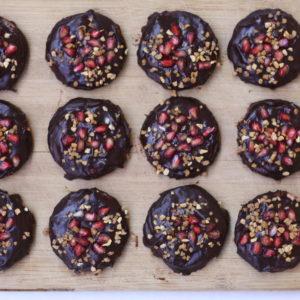 Ciastka z nadzieniem orzechowo-malinowym w czekoladzie z krokantem.